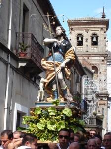 San Rocco con sfondo campanile di Maria Assunta in cielo