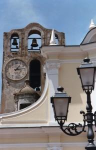 Linee e contrasti tra chiesa e campanile di Anacapri