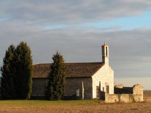 chiesetta medievale nei campi