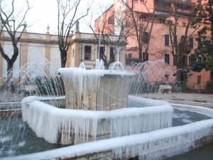 Fontana piazza Merlin tutta ghiacciata