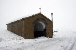 Chiesa della Madonna della icona sotto una tempesta di neve