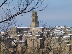 La cattedrale di Pitigliano in una bianca giornata d'inverno