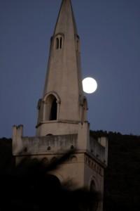 sorge la luna dietro il campanile di san rocco