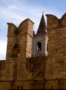 Il campanile e come  cornice le merlature ghibelline
