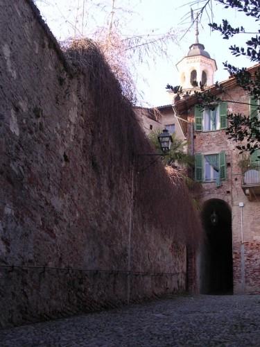 Saluzzo - il campanile dietro le case