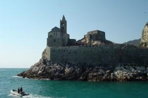 La chiesetta a picco sul mare