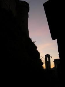 Il campanile ai piedi della rocca