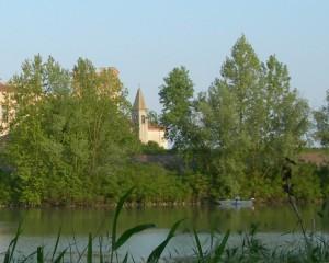 La parrocchiale di Mesola oltre l'argine