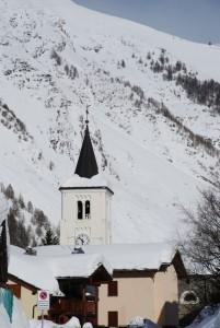 svetta fta le coltri nevose il campanile di San Nicola