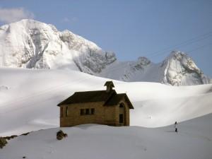 Chiesetta di Passo Pordoi: regina della neve