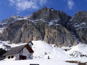 La chiesetta di Passo Falzarego sotto le Vette Dolomitiche