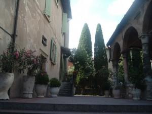 Santa Maria Maggiore Sirmione - sagrato - cipressi come mani giunte