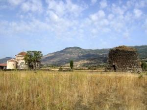 Il nuraghe e la chiesetta