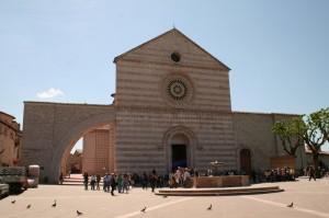 Vista frontale con fontana della Basilica di Santa Chiara