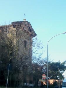 Una chiesa senza nome raggiunta dalla città.