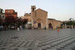 Chiesa in piazza nella stupenda Taormina