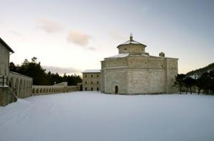 All'alba il Santuario di Macereto tra la neve