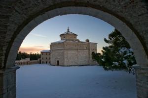 L'Abbazia tra la Neve vista dalla Fonte