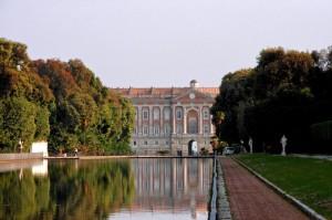 La Reggia si specchia nell'acqua della fontana.