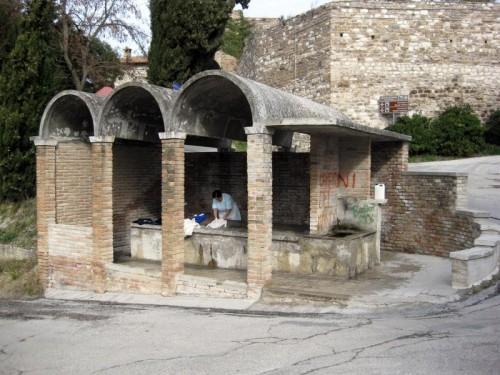 San Severino Marche - Lavtotoio pubblico, ancora in uso