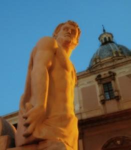 Un imponente statua di fontana pretoria aspetta il via dell'alba  per dare spettacolo accompagnata dall'acqua alla sua citta'