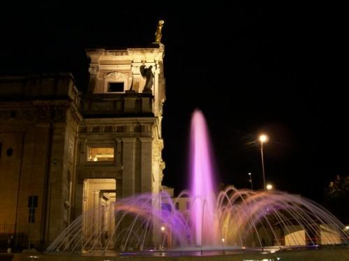 Assisi - fontana notturna
