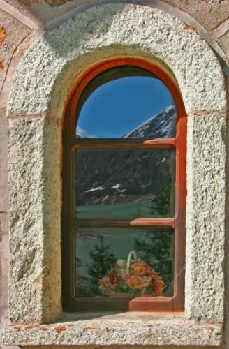 Ollomont - Riflesso su finestra chiesetta