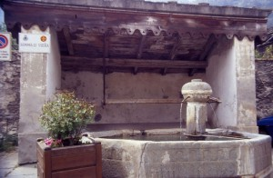 Salbertrand, fontana - lavatoio in pietra