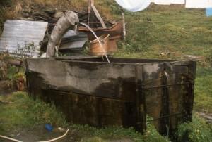 fontana in legno neipressi del rifugio Willy Jervis alla conca del Pra, val Pellice, comune di Bobbio