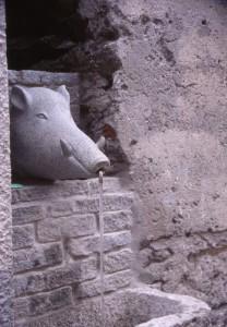Novalesa, fontana nel muro della via principale