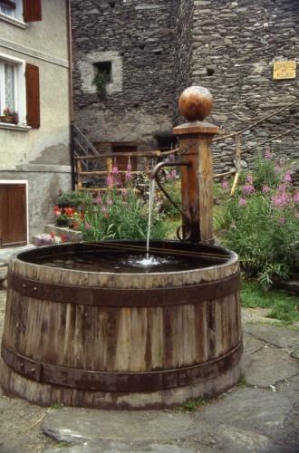 Pontechianale pontechianale val varaita fontana in legno for Fontane in legno