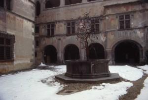 Fontana del Melograno nel cortile del castello di Issogne