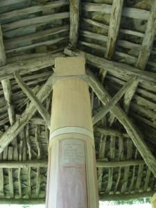 Oncino (Valle Po), particolare (tetto e colonna) della chiesa della Madonna del Bel Fo … il nome deriva dalla presenza di faggi nella zona