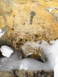 Pietraporzio, Valle Stura di Demonte, fontana ghiacciata
