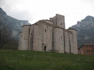 La chiesa di S.Vittore delle Chiuse - vista dell'abside