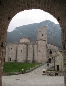La chiesa di S.Vittore delle Chiuse oltre la porta