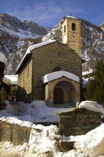 Pontechianale - foto recente della chiesa di San Lorenzo con fontana