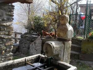 fontana in pietra a Ramats S. Andrea, frazione di Chiomonte