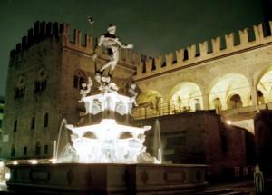 la fontana del Nettuno nel suo contesto. Notturno.