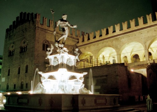 Bologna - la fontana del Nettuno nel suo contesto. Notturno.