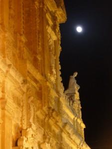 Cattedrale suggestiva con la luna