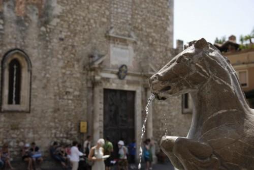 Taormina - Fontanella al centro della piazza di Taormina