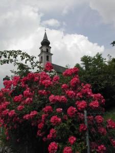 Chiesa immersa nei fiori