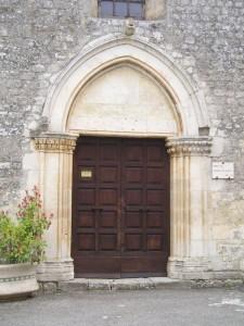 Il bel portale in pietra della chiesa