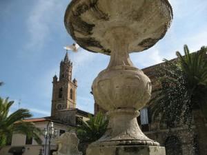 Un'ala sul campanile e l'altra sulla fontana