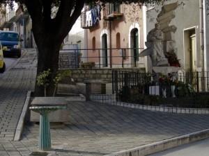 Fontanella con San Pio alle spalle