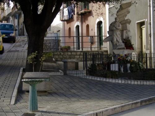 Campodipietra - Fontanella con San Pio alle spalle