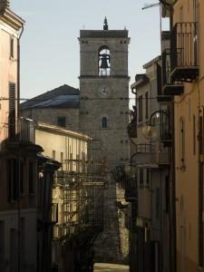chiesa vista tra le case