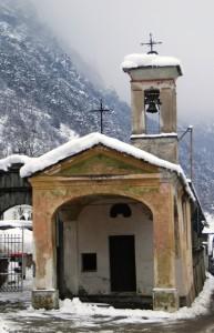 Antica cappella nella neve