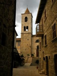 La chiesa del borgo mediovale di castel trosino